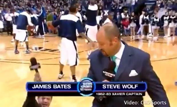 James Bates sofreu um tombo enquanto apresentava jogo. (Foto: Reprodução)