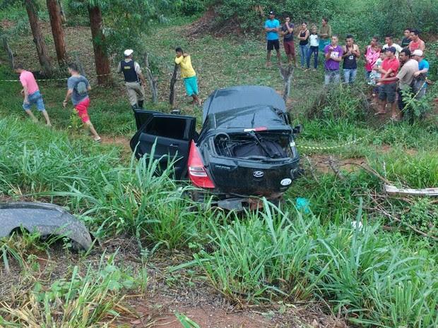 Carro que rodou antes do acidente saiu da pista e parou em uma depressão ao lado da via (Foto: Corpo de Bombeiros/Divulgação)