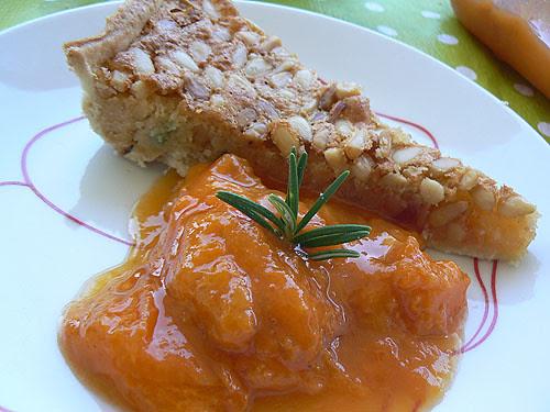 tarte aux pignons et compote d'abricots au romarin.jpg