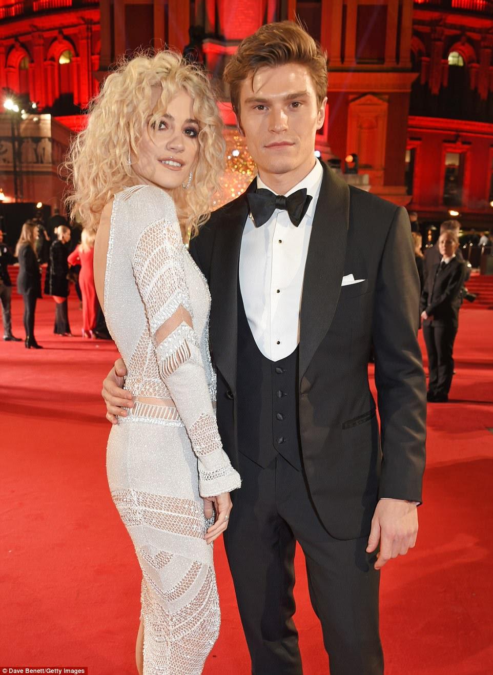 Power couple: Vestido com um terno e mochilas de veludo e sob medida, Oliver mostrou a aparência de seu modelo como ele colocava ao lado de sua noiva deslumbrante