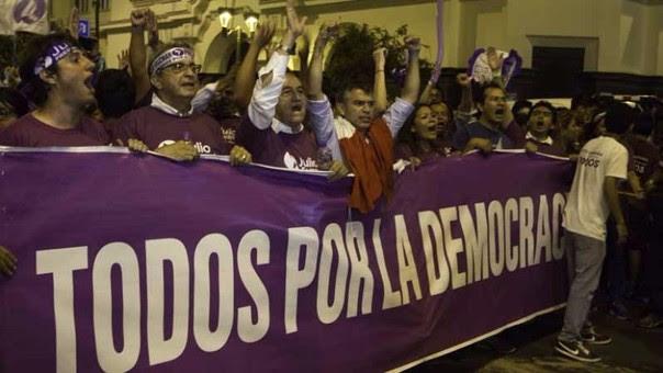 Manifestantes junto a Guzmán
