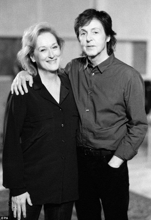 Todos os grandes nomes: Paul foi acompanhado em conjunto pela atriz Meryl Streep, que parecia relaxado na camisa folgada