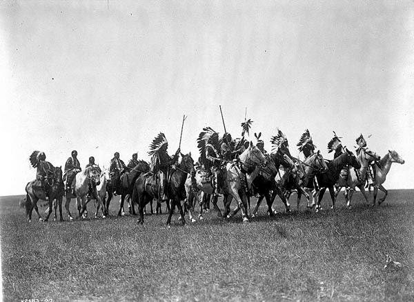 Partida de guerreros sioux, parecida a aquella en con la que Nube Roja empezó a batallar cuando tenía solamente dieciséis años.