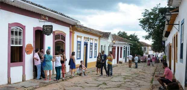 Com a proibição do tráfego de veículos nas ruas de casario colonial, moradores e visitantes têm mais espaço para conversar (Beto Magalhaes/EM/D.A Press)