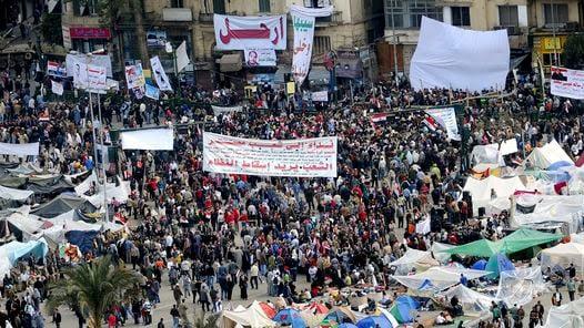 PROTESTA. Manifestantes se reúnen de nuevo en la Plaza de la Liberación de El Cairo. (EFE)