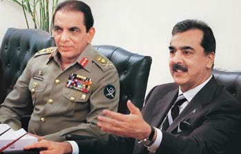 Pak army chief Kayani (L) with PM Gilani