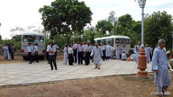Lúc tinh mơ các đoàn xe đổ về Tu viện Nguyên Thiểu từ miền Trung, miền Nam, miền Cao nguyên tham dự Lễ Huý nhật
