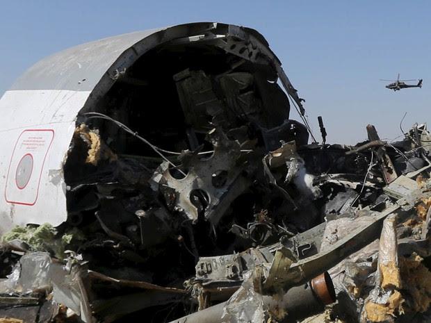 Helicóptero egípcio sobrevoa destroços do avião russo da Metrojet que caiu na região de Hassana, em foto de 1º de novembro (Foto: Reuters/Mohamed Abd El Ghany)