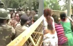 बीजेपी की महिला कार्यकर्ताओं का सोनिया के घर पर प्रदर्शन, देखें विडियो।