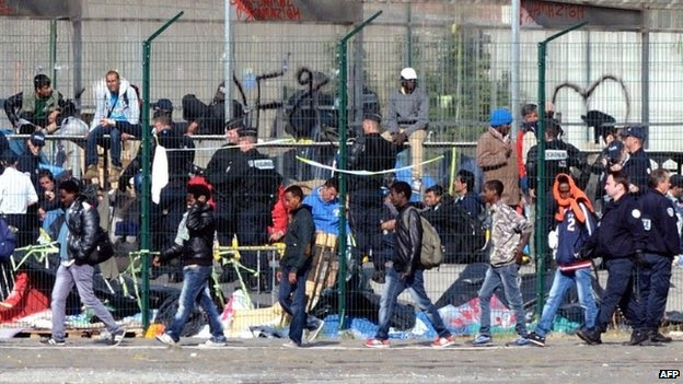 French police expel illegal migrants from their camp in Calais (2 July 2014)