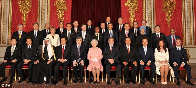 Queen Elizabeth II with all the delegates of the G20 London summit, posing in the lavish setting of the Throne Room at Buckingham Palace (click to enlarge)