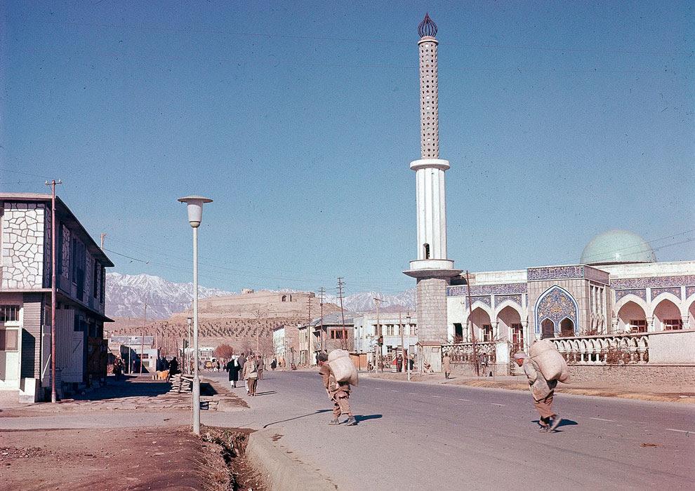 Одна из новых мечетей, построенных в пригороде Кабула