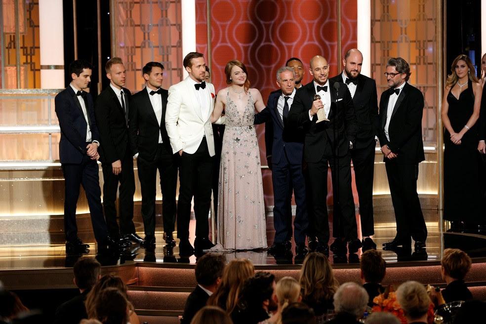 Equipe de 'La la land: Cantando estações' recebe o Globo de Ouro de melhor filme de comédia ou musical (Foto: Paul Drinkwater/Cortesia NBC/Reuters)