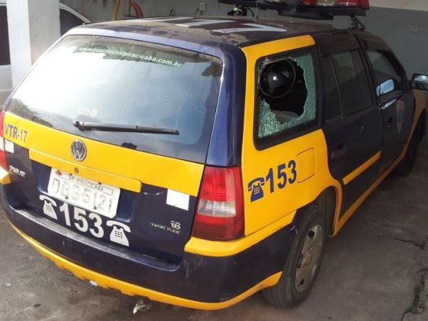 Guardas de Piracicaba atendiam ocorrência de tráfico quando carro foi apedrejado.