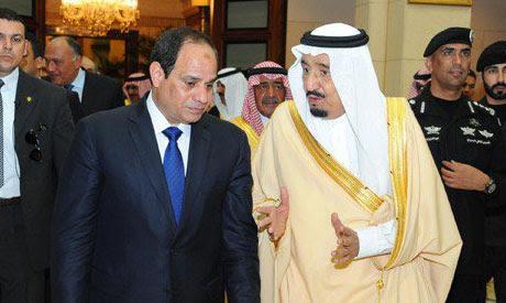 Egyptian President Abdel Fattah al-Sisi (R) receives Saudi King Salman
