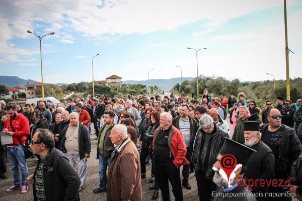 """Δυναμική διαμαρτυρία από τους κατοίκους του δήμου Πάργας για τη """"διάσωση"""" των Κέντρων Υγείας-Απέκλεισαν συμβολικά την Ε.Ο. Πρέβεζας-Ηγουμενίτσας"""