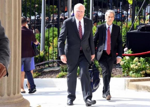 El Senador por Vermont Patrick Leahy y su ayudante Tim Riser llegando a la Embajada de Cuba en Washington, 20 de julio de 2015. Foto: Bil Hackwell.