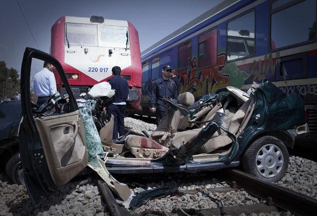 O acidente matou dois idosos que estavam no carro, que ficou presos nos trilhos, e dois homens que tentaram salvá-los, segundo a polícia. Nenhum dos ocupantes do trem, que não chegou a sair dos trilhos, ficou ferido (Foto: Michail Michailidis/AP)
