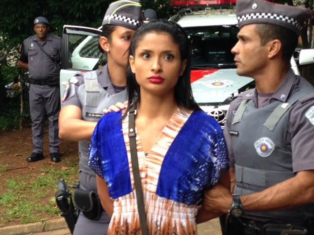 Mulher protesta nua e é levada pela PM (Foto: Márcio Pinho/G1)