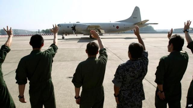 Máy bay trinh sát P3C của Nhật Bản cất cánh từ một căn cứ không quân.