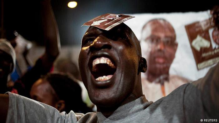 No último domingo (25.03), Macky Sall venceu a segunda volta das presidenciais no Senegal. Abdoulaye Wade aceitou a derrota e angariou simpatia mundial. O presidente da comissão da UA, Jean Ping, falou sobre maturidada e da democracia. O porta-voz da UE, Michael Mann, considerou um muito bom exemplo. O líder francês, Nicolas Sarkozy, felicitou Wade.