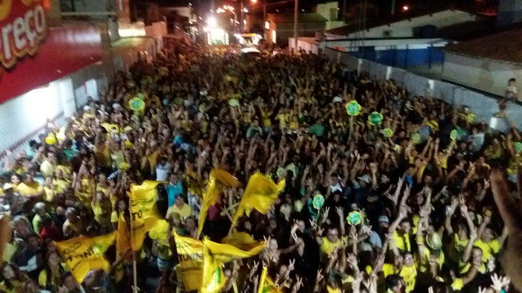 """Multidão foi às ruas com  os candidatos da """"Vitória do Povo"""""""