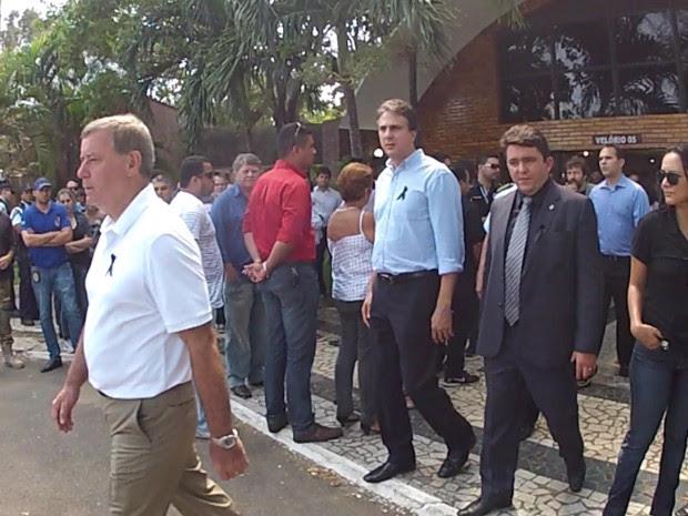 Governador Camilo Santana e o secretário da Segurança Delci Teixeira compareceram ao sepultamento de Tonny Ítalo (Foto: Marcélio Bezerra/TV Verdes Mares)