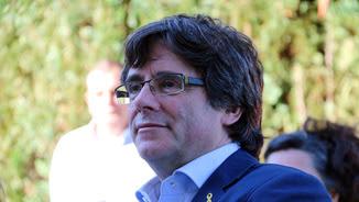 Primer pla de l'expresident català Carles Puigdemont, que segueix la manifestació independentista de la Diada per televisió a la seva residència de Waterloo, a Bèlgica