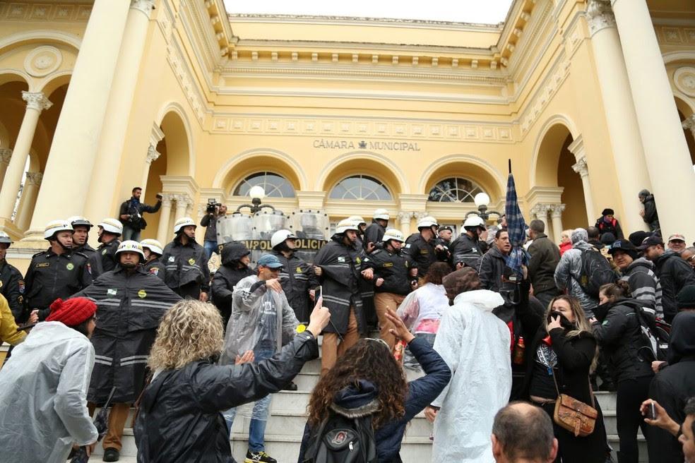 Centenas de servidores protestam em frente à Câmara Municipal  (Foto: Rodrigo Fonseca)