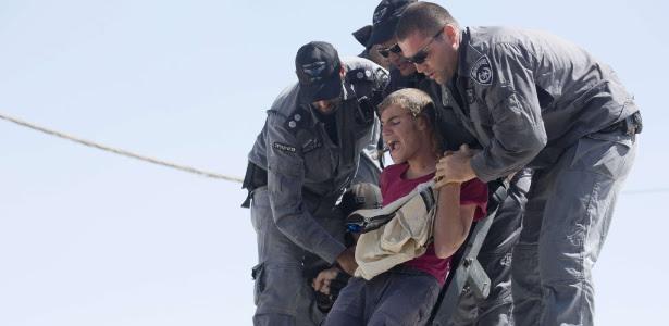 Policiais israelenses retiram colonos do assentamento de Migron, na Cisjordânia