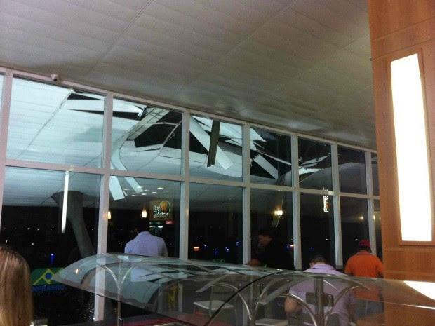 Chuva danificou forro do teto do aeroporto também na parte externa, em trecho sobre a saída da sala de embarque para o pátio de aeronaves. (Foto: Michelly Bortolotti / Arquivo Pessoal)