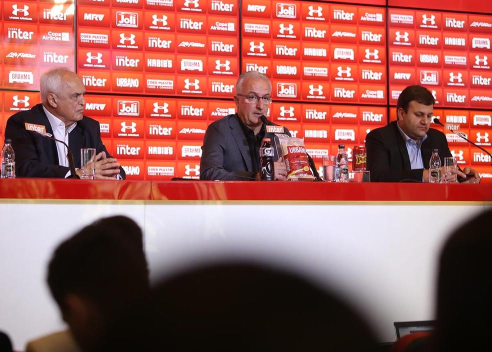 Dorival foi apresentado com o presidente Leco e o diretor Vinícius Pinotti (Foto: Rubens Chiri / site oficial do SPFC)