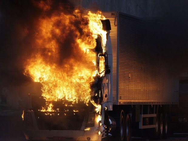Caminhão pega fogo durante protesto na Fernão Dias em São Paulo. (Foto: Mario Ângelo/Sigmapress/Estadão Conteúdo)