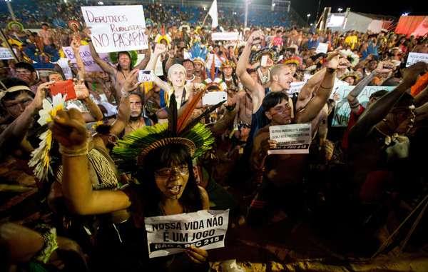 Indígenas de Brasil protestan contra los polémicos planes para debilitar sus derechos territoriales.