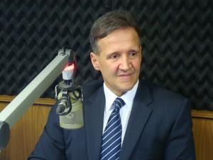 Secretário Aluísio Mendes, em entrevista à Rádio Mirante AM (Foto: Zeca Soares/G1)