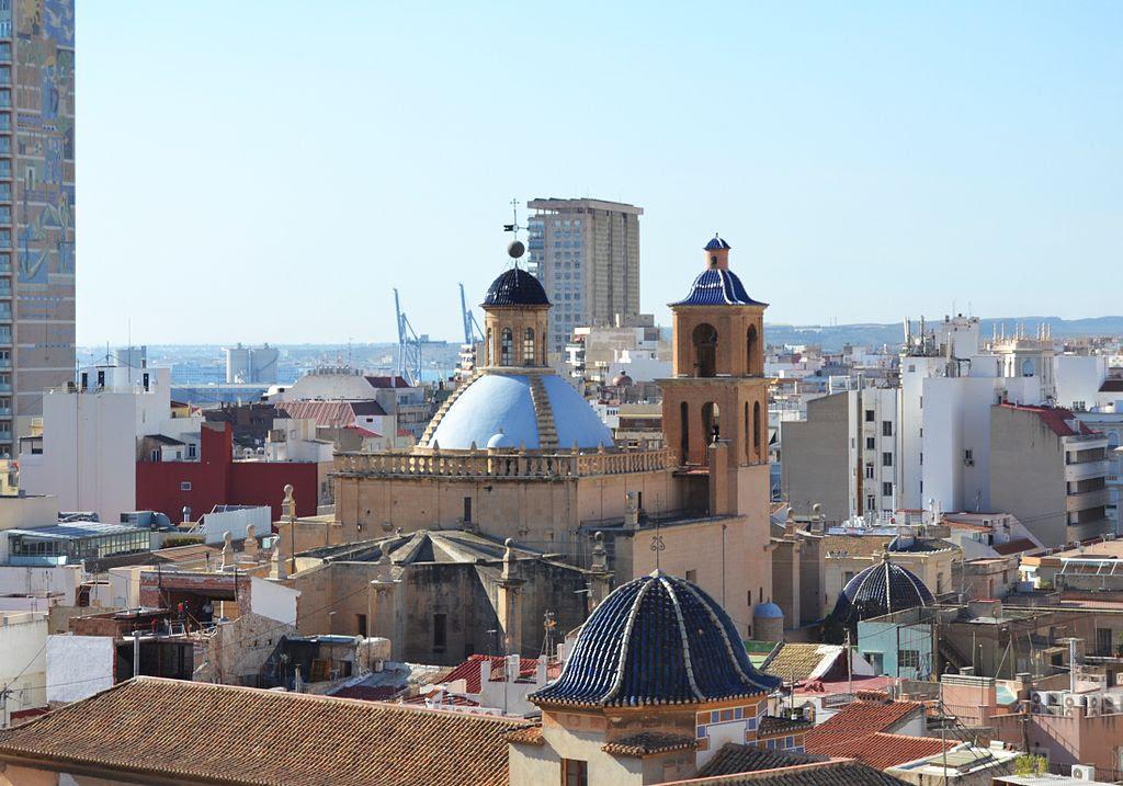 Vista de la cocatedral de sant Nicolau des del parc de l'Ereta, Alacant.JPG