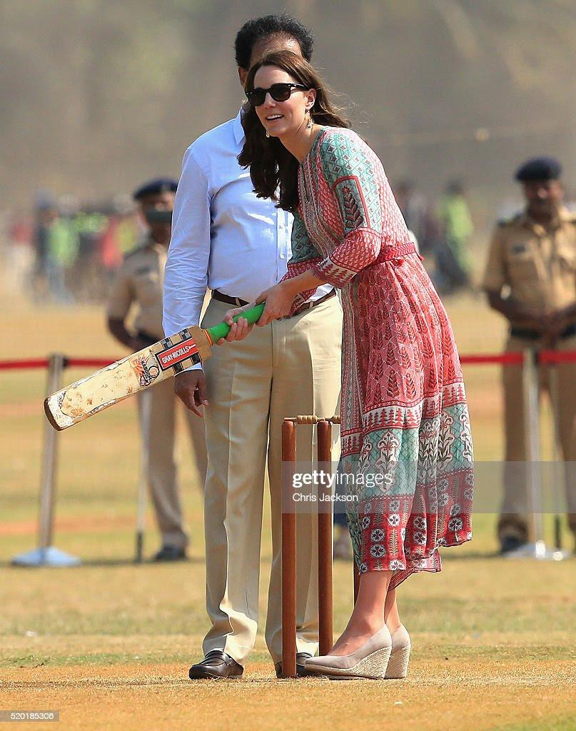 Katarzyna, księżna Cambridge gra w krykieta podczas wizyty spotkać dzieci z Magiczny autobus, Childline i drzwi, trzech organizacji pozarządowych, w charakterystycznym ziemi rekreacyjnej Mumbai, Oval Majdanie podczas królewskiej wizyty w Indiach i Bhutanu w dniu 10 kwietnia 2016 w Mumbai, Indie.