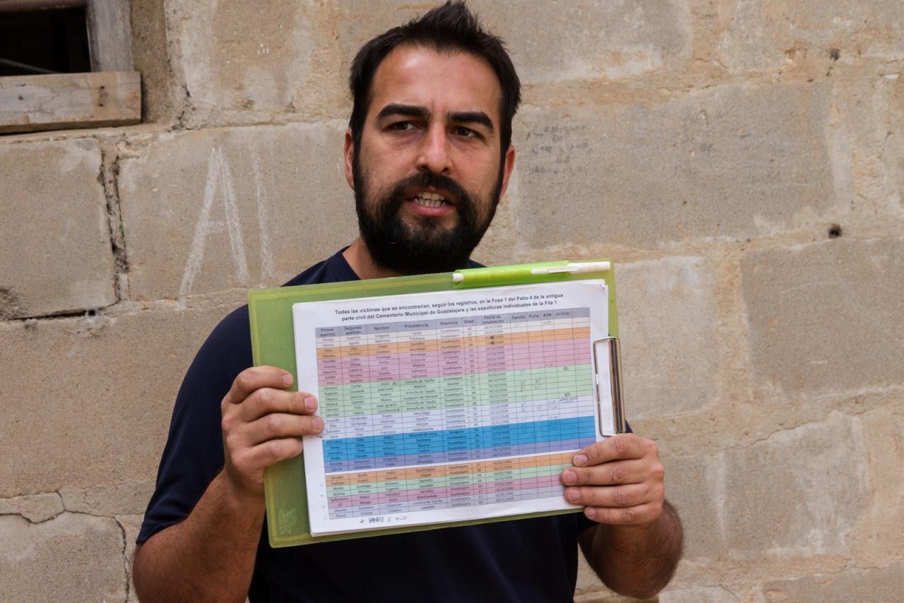 René muestra la ficha con la lista de esqueletos exhumados. /Óscar Rodríguez / ARMH