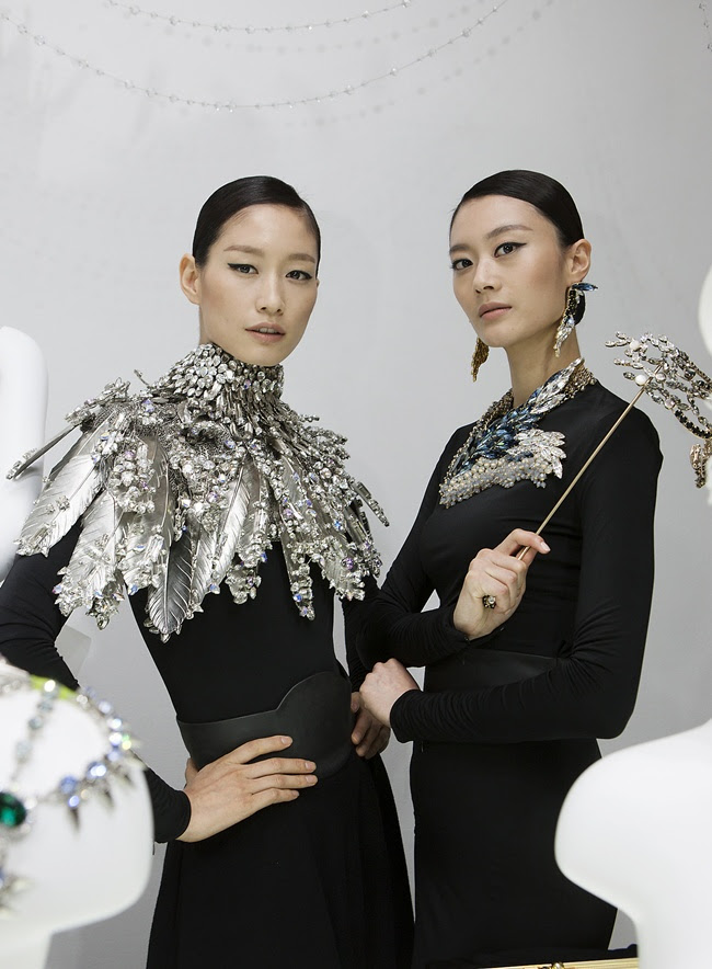1 Models wearing On Aura Tour Vu necklace, Gache necklace, Philipppe Ferrandis Mask - 2