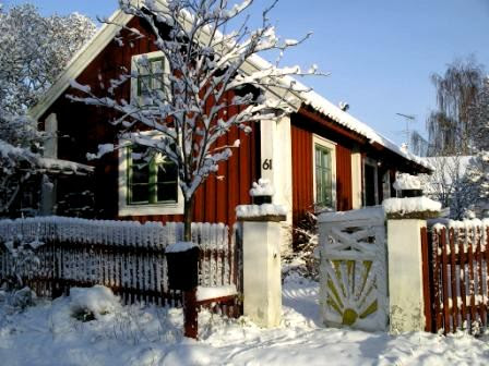 Swedish red cottage in snow. Photo: Tore Larsson