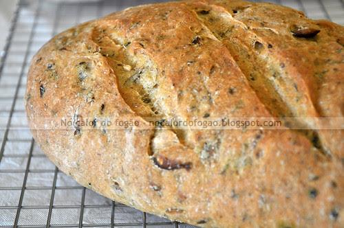 Pão de pesto e azeitonas inteiro