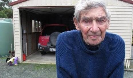 Kakek 105 Tahun Ini Masih Menyetir Sendiri