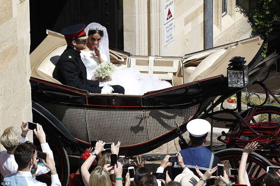 ¡Y se van!  La pareja casada comienza una procesión por las calles de Windsor antes de dirigirse a la recepción diurna con 600 invitados en Frogmore House.