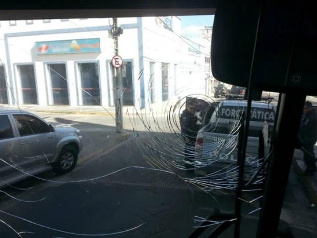 Parabrisa do veículo foi destruído  (Foto: Guarani de Juazeiro/Divulgação)