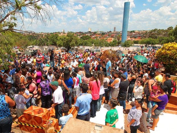 Enterro do menino Joaquim reúne centenas de pessoas em São Joaquim da Barra, SP (Foto: F.L. Ption/A Cidade)