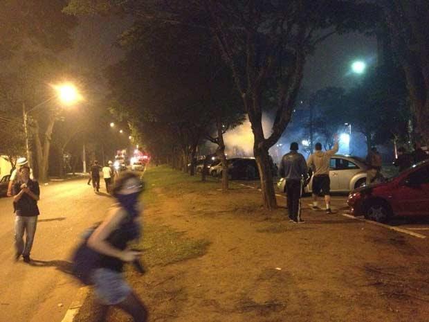 Policiais e manifestantes entraram em confronto na Avenida Frederico Herman Júnior (Foto: Marcelo Mora/G1)