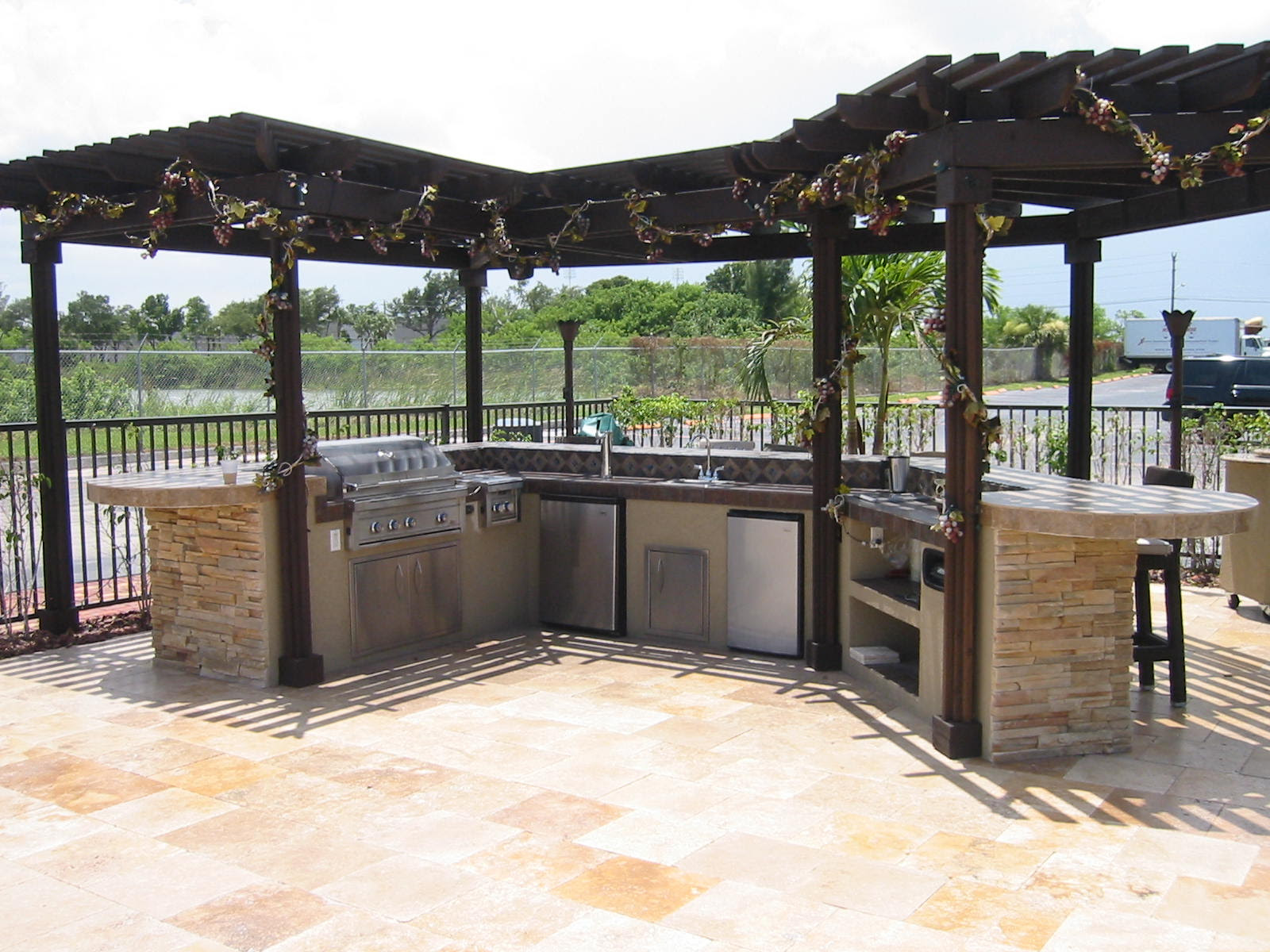 custom outdoor kitchen design in a outdoor room, with cover. — Gas ...