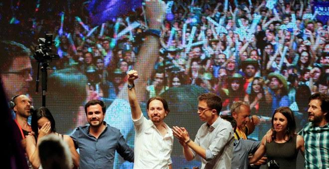 El líder de Podemos, Pablo Iglesias (centro) levanta el puño ante miles de personas en la plaza del Museo Reina Sofía de Madrid.- REUTERS
