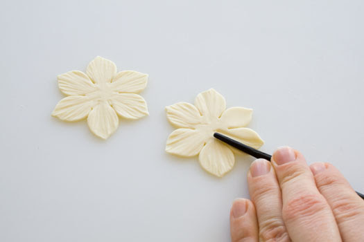 How-to-make-a-gum-paste-daffodil-4 (525x350, 33Kb)