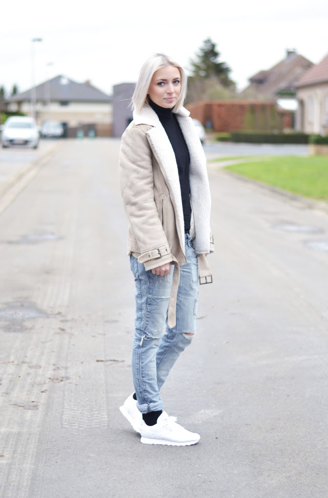 Outfit post by belgian fashion blogger turn it inside out from belgium. Modeblogster uit belgie. Streetstyle inspiration how to wear oldies, basic casual outfit inspiration. H&m shearling jacket, mango turtleneck, zara jeans, reebok classic sneakers, show your socks, visible socks outfit